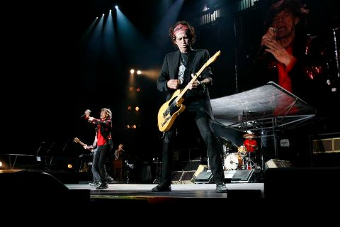 Mick Jagger og Keith Richards i driv på scenen.