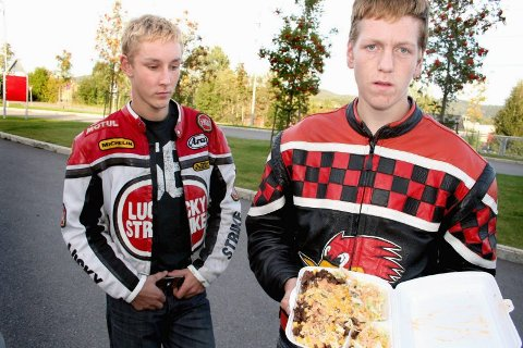 LITE FRISTENDE: Bjørnar Jensen (t.h) var bare et par gaffeltak unna å spise larmen som hadde gjemt seg i salaten. Kompisen Thomas Myhrvold ville ikke engang prøvesmake sin kebab. BEGGE FOTO: LARS P. HALLINGSTORP