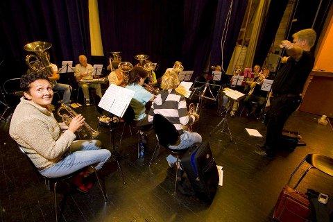JUBILEUMSANSVARLIG: Bamble Musikkorps på en av øvelsene i Sentrum kino, jubileumsansvarlig Lisbeth Kristensen til venstre foran.