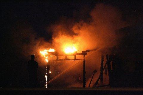 PÅSATT: Politiet har konkludert med at brannen i gamle Lindeberg stasjon fredag kveld var påsatt. FOTO: TOM GUSTAVSEN