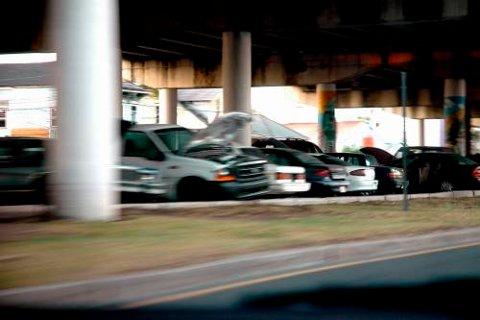 Under motorvegbruene er det bilkirkegårder.