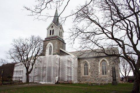 RENOVERES: Brønnøy Kirke totalrenoveres både innvendig og utvendig. Arbeidet startet opp i det små i 1998 og har en kostnadsramme på 30 millioner kroner med omkostninger. (Foto: Hildegunn Nielsen Tjøsvoll)