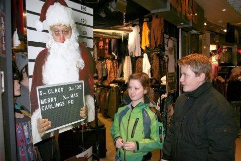 Nissefyll. Karoline Fagerheim Eilertsen og Jan-Kåre Reppe studerer Carlings omdiskuterte julenisseplakat. Foto: Stian Espeland.