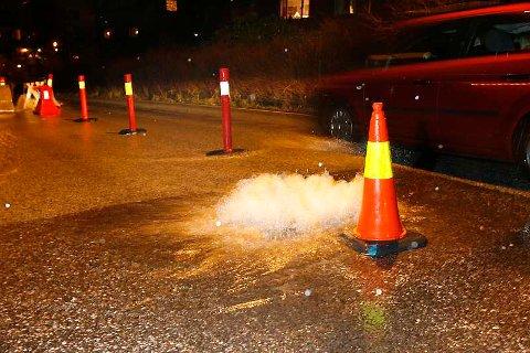 Vannet fosser opp gjennom et bekkalokk i Øvre Fyllingsvei på Melkeplassen (10.12.2006).