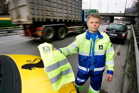 Geir Aasheim fra NAFs Veipatrulje gir rutinemessig refleksvest til uheldige bilister mens han hjelper dem. Det er viktig å synes, påpeker han.