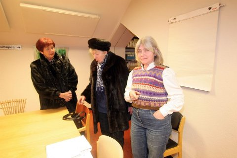 Møtte pensjonistene. Kirsten Limstrand (V) vil utvide Tusenhjemmet. Hun tapte så vidt i bystyret. Etter debatten møtte hun Bodil Hoel Lorentzen og Sara Johannesen.