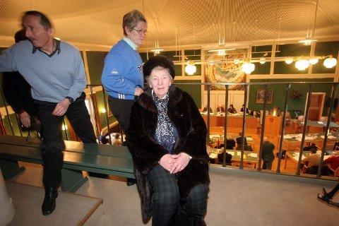 Hjem til gravøl. Pensjonistene Kyrre Ellefsen, Beathe Sundfær og Sara Johannesen starter opprør mot flertallet i bystyret.Begge foto: Rune Grønlie