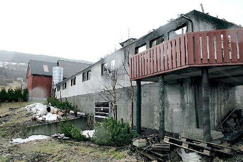 EKSPLOSJONSARTA: Berre mur-delen sto att av fjøsen der 500 griser brann inne.