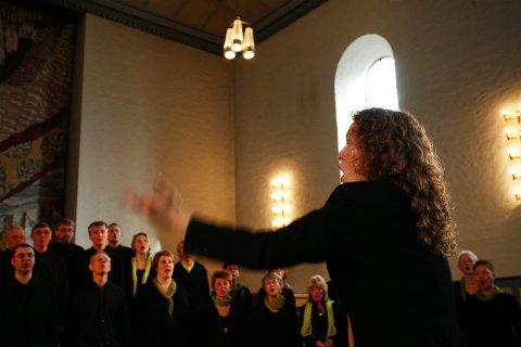 Sjefen. Ragnhild Strauman har full kontroll på troppene sine. Her fra konserten i Majorstuen kirke.