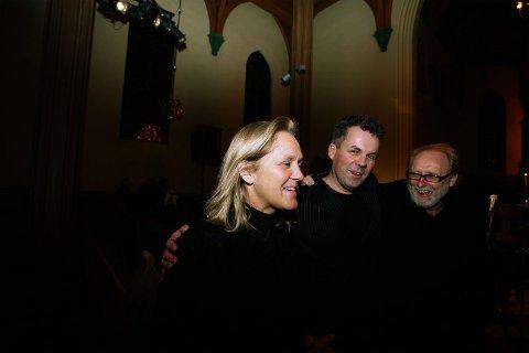Gratulanter. Jan Gunnar Hoff ble omringet av gratulanter etter konserten. Her er det festivaldirektør Bente Johnsrud og Halvdan Sivertsen som tar et godt tak rundt kveldens hovedperson.