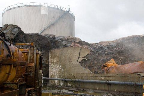 """Mellom tankbilen og den ødelagte muren var ansatte ved Vest Tank i fullt arbeid da tanken eksploderte og, bokstavelig talt, gikk til himmels. """"Et under at ikke menneskeliv gikk tapt"""", sier infoansvarlig i Vest Tank, Jørn Losvar, til BA.no (26.06.2007)."""