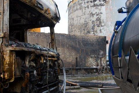Til venstre står tankbilen som var i arbeid like ved tanken som eksploderte. Midt i bildet er muren som trolig gjorde at ikke menneskeliv gikk tapt. Mellom muren og tankbilen var flere ansatte i arbeid da det smalt (26.05.2007).