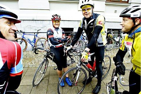 Bjørn Ruud (t.v.) fra Hamar og klubben Ottestad sykkel møtte syklister fra Rana på Malorca før påske og ble med på Team Helgeland på årets styrkeprøve.På bildet snakker han med Berit Bakken (f.v.), Magnar Røneid og Ottar Simonsen.  De står her nedenfor Nidarosdomen de siste 20 minuttene før starten går.