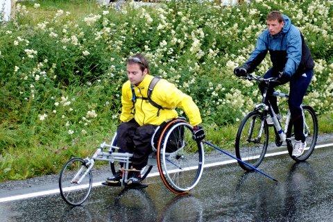 TUNGE TAK: Morten Værnes pigger mens landslagstrener Morten Haglund følger bak på sykkel. Dårlig vær ingen hindring for en treningstur.