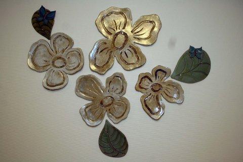 KERAMIKK: Wenche Ravnå bidrar med blomster i keramikk.