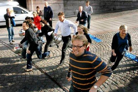 Stortingspolitikerne gikk iherdig inn for å vinne vannstafetten i regi av Blå Oktober.