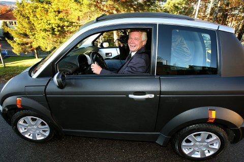 JOMFRUTUR: Rælingen-ordfører Øivind Sand prøvekjørte den nye Think City bilen. De neste ni månedene skal Skedsmo, Rælingen, Lørenskog og Aurskog-Høland teste ut bilene for el-bilprodusenten. FOTO: KAY STENSHJEMMET