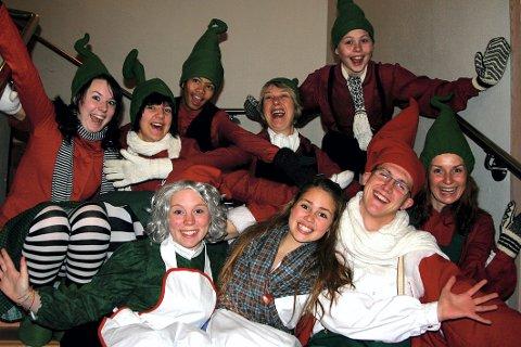 """LIVLIG GJENG: Medlemmene i Skedsmo amatørteater er som en stor familie, og har det bra sammen. Nå skal de sette opp """"Reisen til julestjernen"""". Fv: (foran) Christine Carson (17), Madelen Heggedal (14), Magnus Skjervold (19), Karianne Quille (32), (bak) Lovise Antonsen (15), Rikke Skaun Mikkelsen (17), Christian Bakke Eidem (13), Grete Sveine (54) og Eirik Braaten Brose (12). ALLE FOTO: STINE STRANDHAUG"""