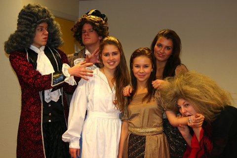 """HOVEDROLLENE: (f.v.) Eivind Elias Johansen (20) (Greven), Lars Christian Wahlberg (19) (Kongen), Madelen Heggedal (14) (Sonja), Marte Tvenge (13) (Prinsesse Gulltopp som liten), Maria Riisnæs (15) (dronningen) og Henriette Sundhagen (17) (heksa) spiller hovedrollene i teaterstykket """"Reisen til julestjernen""""."""