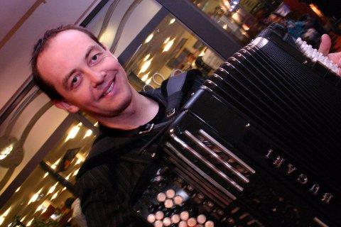 OPPTRER: Eidsvolling Stian Carstensen trakterer de fleste instrumenter.