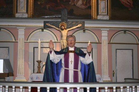 Biskop Tor B. Jørgensen har vært i Mo kirke en gang før. Han synes den er en av de vakreste, og satte pris på å få holde åpningsgudstjenesten i går. Foto: Anette Fredriksen