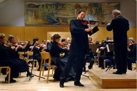 SOLIST: Atle Sponberg har spilt Sparre Olsens Seks bygdevisur frå Lom på plate, og i går fikk publikum høre dem med ham og Gjøvik byorkester i Gjøvikhallen.