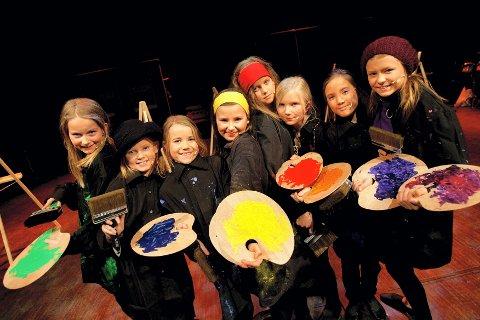 KLATT I KLATT: Det svinger skikkelig når hele Skedsmo musikk- og kulturskole har gått sammen om en felles teaterforestilling. Her er det Anniken Aarvik, Aurora Stenhaug, Nora Gjestvang, Lise Jensen, Malin Hansen, Hannah Wiecek, Martine Laugsand og Stine Jenssen som svinger malerkostene. ALLE FOTO: LISBETH ANDRESEN