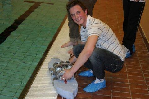 MOTORHAVARI: Anders Halsens båt bråstoppet da den tok inn vann i motorrommet.