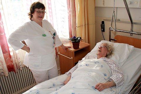 HAR DET BRA: Bergljot Alsgård mener hun har det bra, selv om hun inntil videre ligger på sykehus i Rana. Her slår sykepleier Bjørg Elen Sandvær av en prat.