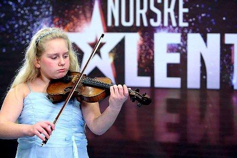 Elleveåringen Tina Presthus har allerede spilt fiolin i åtte år. I kveld er hun med semifinalen i Norske talenter.
