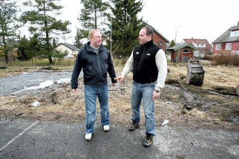 TO GODE NABOER: Ronny Ingvaldsen (t.v) skal bygge nesten samme hus på nabotomta. Samarbeid i kontakten med leverandører har gitt rabatter.