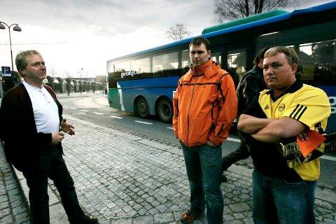 Bussjåfør Bjørn Flatekval sammen Dag Hvalshaugen og leder Frode Johansen i Kanarifansen tok i samråd politiet avgjørelsen om å kaste 17-åringen av bussen midt på natten. De mener fortsatt det var en riktig avgjørelse.