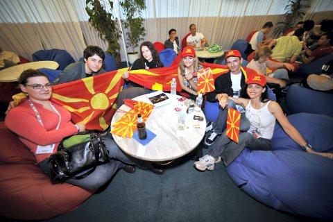 PAUSE: Milka Malezanova, Luka Andreev, Vesna Smiljenova, Silvana Jovanovska, Igor Trajkovski og Tanja Vasileva fra Makedonia slapper av med en kopp kaffe i kafeen på pressesenteret.