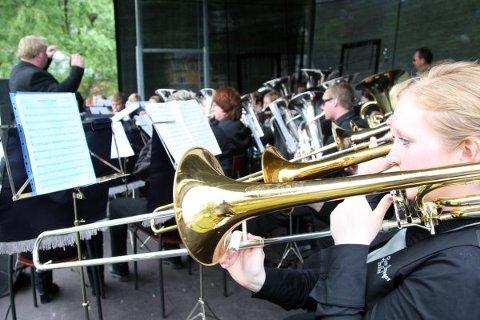 Flora Bremanger Brassband, Sandra Marie Sælemyr nærast til høgre. Dirigent er faren Johnny.