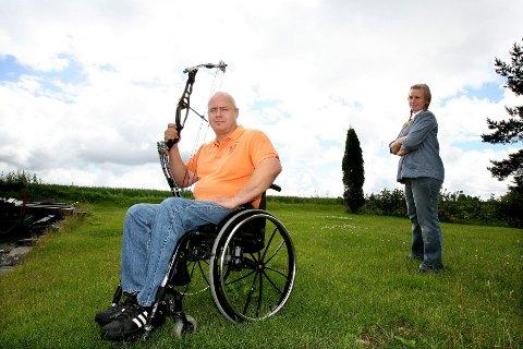 """RÅ PRIORITERING: Tom Vangen fra Blaker havnet i rullestol etter en motorsykkelulykke i 2001. Nå skal bueskytteren delta i Paralympics, og derfor har han """"utsatt"""" jobben med å greie å gå igjen. Samboer Kitti Dahl fra Mosjøen er solid støtte på vei mot målet.  BEGGE FOTO: TOM GUSTAVSEN"""