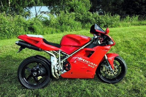MEGASYKKEL: Denne duke'n, Ducati 916, er en vinner på racingbanene og i folket på 90-tallet. Eier er Rune Aas fra Fet.