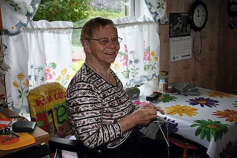 BER FOR VEGEN: Også Hjørdis Bårdvik (85) ber om at det fortsatt blir mulig å nytte vegen fram til gården i Søttaren. Hun har leilighet i Mosjøen, men gjennom sommeren trives hun aller best med å være i de gamle heimhusene i Søttaren, der hun har bodd gjennom i alt 60 år