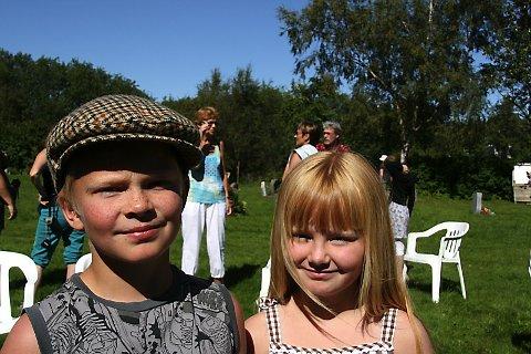 MISTET IKKE HODET:  Magnus og Marte Mælum, 9 og 7 år, har stor sympati for smeden Amund. Godt at han slapp å bli halshogd!