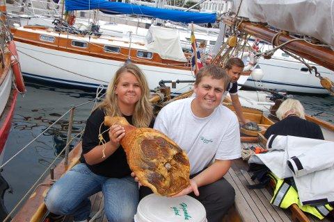 Karianne og Harald Sveen sponser jordomseilerne med kjøtt og annen mat.