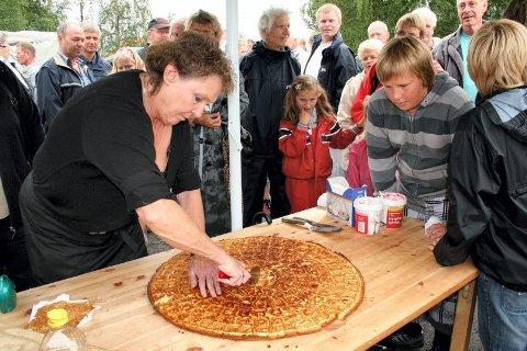 SMAKSPRØVER: Verdens største vaffel deles opp av Torill Ihler og mange venter spente på smaksprøve.
