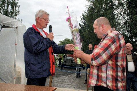 ROS: Knut Nygård deler ut blomst til Rolf Moen for rekorden. - Du har satt Austvatn på kartet, sier Nygård.