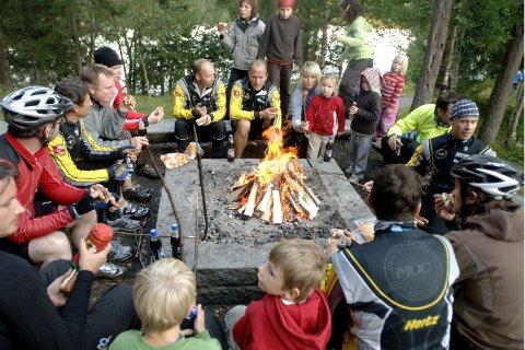 GRILLING: Deltakerne samlet seg på Mostjønna og grillet etter klubbmesterskapet.