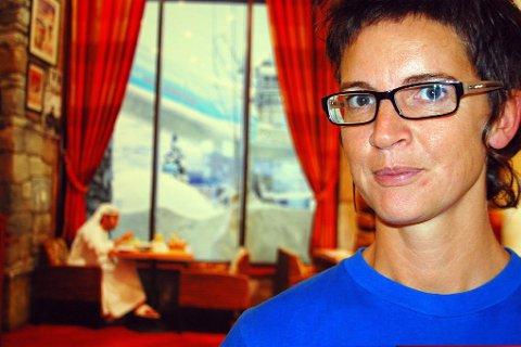 Sabina Jacobsson midt i et arabisk interiør med utsikt mot de kunstige skibakkene i «Ski Dubai». Dett er en del av utstillingen  som vises i tiden 12. september - 26. oktober.