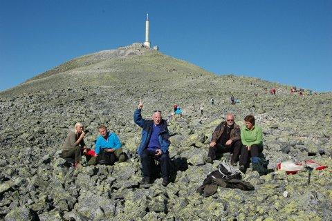 """En rast før """"spurten"""" mot toppen. Fra venstre Sigrun Hageli, Anders Berg, AABs utskremte, Vidar Songe og Britt Lillestø."""