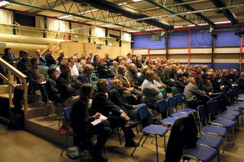 Engasjerte: Byutvikling er tydeligvis noe som engasjerer. 135 personer hadde møtt fram i Holt ungdomsskole.