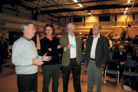 Kritiske: Halgrim Thon (fra høyre), Peter Butenschøn og Erling Fossen hadde alle meninger om hvordan man skal få fart på Kongsvinger. Fylkesmann Sigbjørn Johnsen (til venstre) ledet debattmøtet i går kveld.bilder: lars fogelstrand