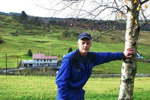 SLÅR ALARM: Lindås-politikarane har medvirka til den dramatiske nedbygginga av landbruksjord. Bondeleiar Reidar Konglevoll ber no dei folkevalde ta større ansvar og ikkje gje bidra til at ytterlegare matjord forsvinn.
