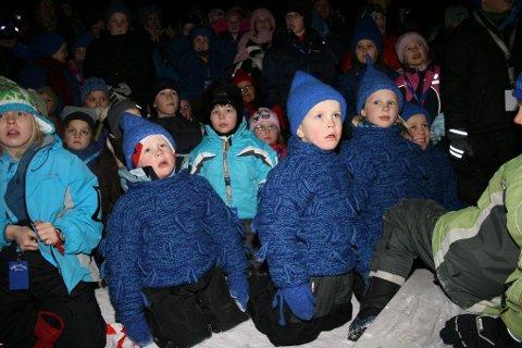 Åpning av Blånisselandet i Målselv. Mange barn hadde kledd seg ut som både røde og blå nisser i anledning åpningsdagen.