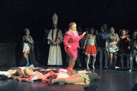 """ROCKEMUSIKAL: """"Innsiden -vår drøm, vår virkelighet"""" med Gjerdrum amatørteaters ungdommer, her Trine Nornes som Frøken Fransen (i midten), hadde premiere i går kveld.BEGGE FOTO: ROAR GRØNSTAD"""