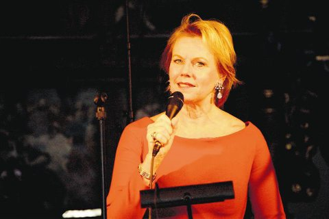 Arja Saijonmaa og Swinglett skapte stemning for 600 publikummere i Botne kirke mandag kveld.